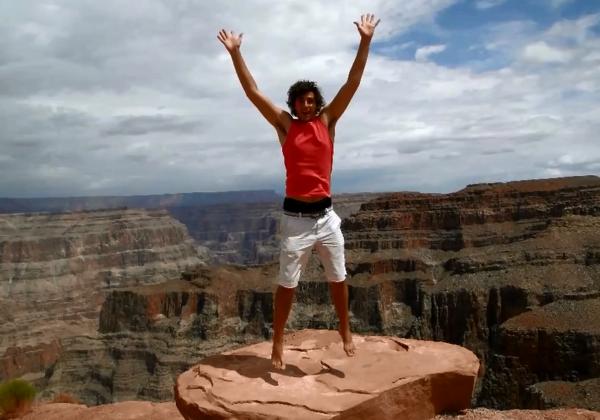 A 24 ans, il devient la plus jeune personne à avoir visité tous les pays du monde
