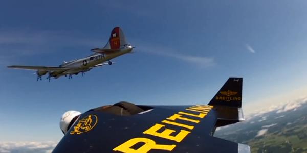 Yves Rossy vole à côté d'un avion à plus de 300km/h